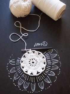 Valkoinen kukkaympyräKESÄKASSI oma koppa crochet