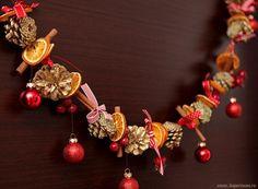 Гирлянда из сушеных цитрусов, шишек, палочек корицы, бантиков и елочных шариков