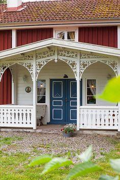 Veranda, snickarglädje Swedish Farmhouse, Farmhouse Trim, Swedish Cottage, Swedish House, Veranda Railing, Porch Railing Designs, Porches, Porch Trim, Le Riad