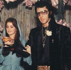 Priscilla and Elvis, 1970 King Elvis Presley, Elvis Presley Family, Elvis And Priscilla, Elvis Presley Photos, Iconic Photos, Rare Photos, Elvis In Concert, John Lennon Beatles, Buddy Holly