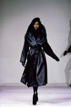 Azzedine Alaïa Fall 1991 Ready-to-Wear Fashion Show - Beverly Peele High Street Fashion, Dark Fashion, Leather Fashion, 90s Fashion, Runway Fashion, Autumn Fashion, Vintage Fashion, Dolly Fashion, Vintage Clothing