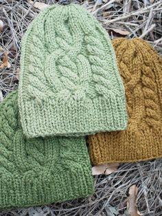 クコの葉、ヤマモモの葉、ヨモギの葉で染めたウールの糸を手編みしてもらいました。