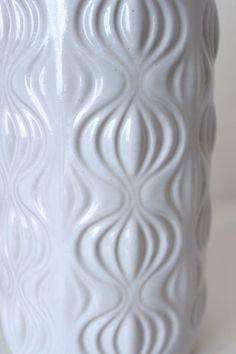Diese schöne Keramik Vase wurde Mitte der 70er Jahre vom deutschen Keramik Hesteller Scheurich angefertigt, Das Dekor wird Zwiebel genannt, da es an aufgeschnittene Zwiebeln erinnert. Die helle Keramik ist mit einer glänzend weißen Lasur versehen.  Die Vase ist in einem ausgezeichneten Vintage Zustand.  Maße: Höhe: 23 cm | 9.05 Gewicht: 783 g  Hersteller: Scheurich | Germany  Gemarkt: 285 23  Der Versand erfolgt aus Deutschland! Kombiversand möglich. Bitte Endporto anfragen. Die Ware wird…