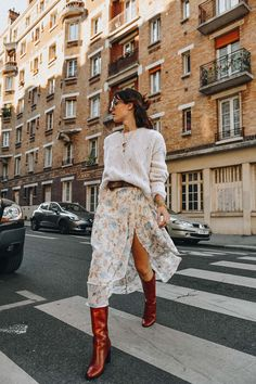 3 tips to wear your floral dress with style this winter .- 3 astuces pour porter votre robe fleurie avec style cet hiver – Glamour Paris 3 tips to wear your floral dress with style this winter – Glamor Paris - Look Fashion, Fashion Outfits, Fashion Tips, Fashion Trends, Womens Fashion, Fashion Hacks, Diy Fashion, Mode Lookbook, Look Retro