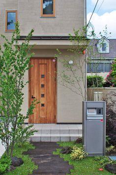 庭のデザイン:玄関とコハウチワカエデをご紹介。こちらでお気に入りの庭デザインを見つけて、自分だけの素敵な家を完成させましょう。 Walkway, My House, Entrance, Garage Doors, Shed, Home Appliances, Exterior, Outdoor Structures, Outdoor Decor