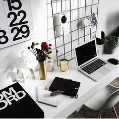 Monday morning desk situation via @sarahdezoete