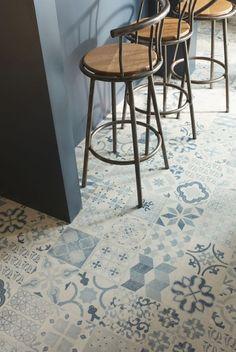 Plus tendance que jamais, le revêtement de sol imitation carreaux de ciment fait voyager la cuisine dans le passé...