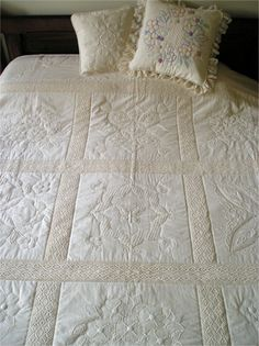 Remember the candlewicking technique for a feminine and delicate quilt. Beautiful for a baby's wall or cot. Types Of Embroidery, Embroidery Designs, Machine Embroidery, Wedding Dress Quilt, Candlewicking Patterns, Modern Quilt Patterns, Jellyroll Quilts, Heirloom Sewing, Quilting Designs