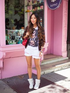 love this white denim shorts,wedge sneaker and leopard print jacket clean look White Denim Shorts, Denim Outfit, Song Of Style, Style Me, Wedge Sneakers Style, Summer Outfits, Casual Outfits, Casual Clothes, Leopard Print Jacket