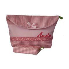 Das perfekte Accessoire für jede Mami ♥    In diese Windeltasche passen 2-3 Windeln, eine Packung Feuchttücher, eine Wickelunterlage und für die Creme