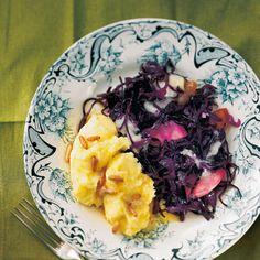 Geschmorte Rotkohlpfanne mit Polenta Grain Foods, Acai Bowl, Cabbage, Grains, Low Carb, Vegetables, Breakfast, Whipped Cream, Polenta Recipes