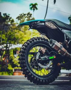 Modified Royal Enfield Himalayan wears an enduro outfit Himalayan Royal Enfield, Aftermarket Headlights, Bullet Bike Royal Enfield, Next Wallpaper, Futuristic Motorcycle, Tank Design, Mode Of Transport, Scrambler, Airsoft