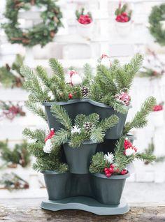 Trifoglio è l'innovativo vaso di Bama sovrapponibile che permette la composizione di piante su più livelli, ideali quindi anche per le composizioni natalizie. Il pratico sottovaso dotato di ruote consente il suo spostamento. Disponile in tre colorazioni diverse. #bamagroup #vaso #sottovaso