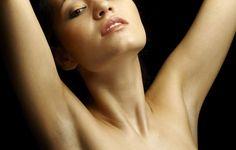 Подтянуть подмышки. Полотенце в руках так, чтобы расстояние между ладонями было не слишком большим – сантиметров 60. Руки над головой напрягай и расслабляй мышцы, затем повтори это в положении рук перед грудью и на уровне бедер. Упражнение так же подтягивает грудь.