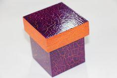 Caixinha em MDF ideal para lembrancinha craquelada em roxo e laranja.         BRINDE: 1 mini sabonete. R$ 5,00