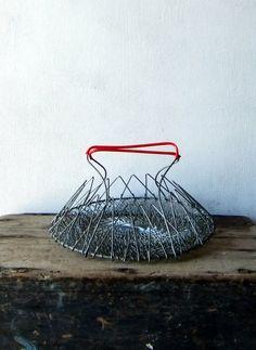 Le vrai panier à salades sans les forces de l'ordre... et vintage à souhait ! / Fold up basket.