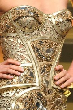 Atelier Versace - Couture Spring 2012 (Stunning corset that looks like a suit of armour)! Fashion Details, Look Fashion, Fashion Design, Couture Details, Fashion Art, Berlin Fashion, Man Fashion, Fashion Shoes, Mode Baroque