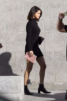 Selena Gomez& Sexy Sweater Dress Comes With a Super Practical Pair of Boots Selena Gomez Trajes, Selena Gomez Fotos, Selena Gomez Outfits, Selena Gomez Style, Moda Punk Rock, Rock Vintage, Selena Gomez With Fans, Justin Selena, Selena Selena