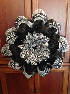 Deco mesh black and white flower wreath. Holiday Burlap Wreath, Holiday Wreaths, Burlap Wreaths, Wreath Crafts, Diy Wreath, Wreath Ideas, Fall Deco Mesh, Deco Mesh Wreaths, Flower Wreaths