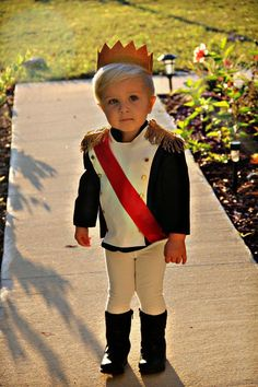 5 Toddler Halloween Costumes That Are So Cute Toddler Prince Costume. Looking for a cute Halloween costume for your Toddler? This one is super cute for your little Prince! Toddler Prince Costume, Costume Prince, Toddler Boy Halloween Costumes, Cute Costumes, Disney Halloween, Halloween Kids, Costume Ideas, Children Costumes, Halloween Halloween