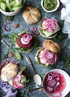 Vegan beetroot and beans burger Burger Recipes, Veggie Recipes, Vegetarian Recipes, Antipasto, Beetroot Burgers, Vegan Patties, Vegan Dinners, Sin Gluten, Quick Easy Meals