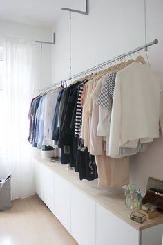 idee f r offenen kleiderschrank kleider aufh ngen ohne kleiderschrank offene kleiderstange. Black Bedroom Furniture Sets. Home Design Ideas