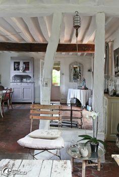 Dans la maison d'hôtes L'Épicerie du Pape, petite table ethnique achetée chez 'N°8', chaise de jardin chinée chez 'Sortie d'usine' à Morgny, baladeuse dégotée dans la boutique 'L'empreinte' à Lyons-la-Forêt, et chariot de boulangerie en fer chiné chez 'Bord de Scène' à Villez-sur-Bailleul