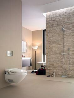 Rust en wellness in de badkamer. Een fraaie, ingetogen badkamer met subtiele wandafvoer voor douchewater en een AquaClean douchewc. Beiden van Geberit. Geberit AquaClean
