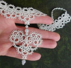 I wish I knew how to do tatting. This is so pretty! Tatting Necklace, Tatting Jewelry, Tatting Lace, Needle Tatting Patterns, Knit Patterns, Tatting Tutorial, Lace Making, Bobbin Lace, Knit Crochet