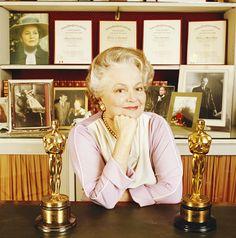 Olivia de Havilland con sus dos Oscars como Actriz