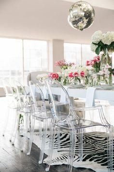 chaises plexiglass et la chaise transparente conforama, table blanche dans la salle de sejour