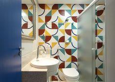 Antes e Depois de um banheiro  descolado, com azulejos coloridos e porta azul