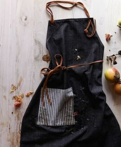 DIY Idee: Schürze aus Jeans mit Leder nähen / DIY idea: sewing a denim apron with leater details