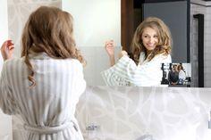 Telewizor ukryty w lustrze w łazience. Nowoczesna aranżacja łazienki. #aranzacjeLazienek #aranzacjaLazienki