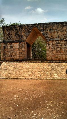 Entrada a la Zona Arqueológica de Ek Balam  vocablo maya que significa Jaguar Negro o Lucero Negro