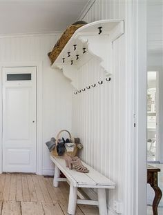 hatthylla Different House Styles, Hall Stand, Houses In France, Modern Entry, Hallway Storage, Swedish House, White Cottage, Painted Floors, Scandinavian Interior