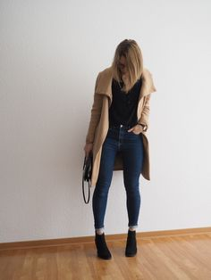 camel wool coat combine autumn outfit with jeans and ankle boots - Bottes Black Ankle Boots Outfit, Camel Ankle Boots, Winter Boots Outfits, Cute Fall Outfits, Casual Chic Outfits, Classic Outfits, Stylish Eve, Outfit Jeans, Look Fashion