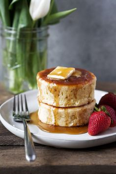Japanese-style Soufflé Pancakes recipe from cooking with cocktail rings Breakfast Desayunos, Breakfast Recipes, Pancake Recipes, Breakfast Ideas, Okonomiyaki Recipe, Souffle Pancakes, Japanese Pancake, Fluffy Pancakes, Asian Desserts