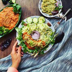 Cukiniowe Spaghetti w Kremowym Sosie z Awokado Papryki i Suszonych Pomidorów. Głównym składnikiem sosu jest kremowe awokado.