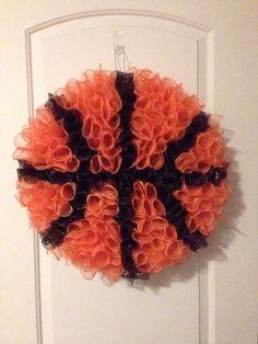 Deco mesh basketball Deco Mesh Crafts, Wreath Crafts, Diy Wreath, Diy Crafts, Wreath Ideas, Wreath Making, Fall Crafts, Baseball Wreaths, Sports Wreaths