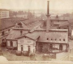 Browar wybudowany po 1805 r. na tyłach dworku Marcina Naimskiego. W 1864 w miejscu dworku Naimski postawił kamienicę, której budowa trwała ponad trzydzieści lat. W 1868 r. właścicielem browaru zostaje Herman Jung. Czterdzieści dwa lata później w 1910 r. browar zostaje zburzony, a na jego miejscu powstają oficyny kamienicy. Fotografia ukazuje widok na browar z okien kamienicy Naimskiego. W górnym prawym rogu widoczny Szpital św. Łazarza, przy ul. Książęcej.