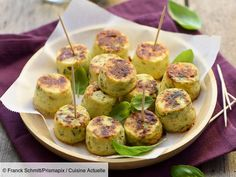 Recette Mini-flans de courgette au cumin. Ingrédients (6 personnes) : 2 courgettes, 5 brins de basilic, 2 œufs... - Découvrez toutes nos idées de repas et recettes sur Cuisine Actuelle Zucchini, Vegetarian Recipes, Healthy Recipes, Pudding, Mini Cakes, Family Meals, Brunch, Food And Drink, Appetizers