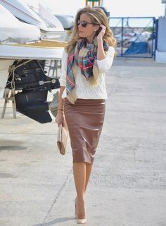Great work outfit-Brown leather skirt, chunky ivory sweater and plaid pashmina scarf. Simple and chic outfit idea. Fall Office Outfits, Chic Office Outfit, Office Fashion, Work Fashion, Modest Fashion, Casual Office, Office Chic, Street Fashion, Skirt Fashion