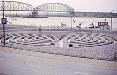 Het door Klaus van der Locht ontworpen Labyrinth aan de Waalkade markeert de plaats waar tot 1881 de oude haven lag. Op de achtergrond is de oude spoorbrug nog zichtbaar. Foto uit het begin van de jaren '80.