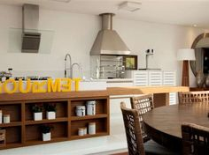 O balcão da cozinha americana ganhou nichos, que comportam vasos e potes. O projeto é da arquiteta Ligia Pereira e marcenaria Blanco Desi...