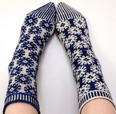 Starry Starry Night Socks Knitting pattern by Suzanne Bryan Fair Isle Knitting, Knitting Socks, Hand Knitting, Knit Socks, Cozy Socks, Debbie Macomber, Christmas Knitting Patterns, Knit Patterns, Knitting Projects