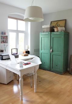 It is time for my studio to be re-decorated, I came across this cute Project workspace and my favorite is this clean and simple work area by Katelyn James. The desk is from PotteryBarn and can be ordered in 3 different colors (white is my fav.).