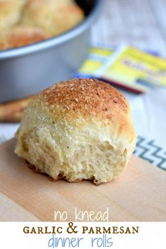 No Knead Dinner Rolls with garlic and parmesan. The perfect side to any dinner!! @shugarysweets