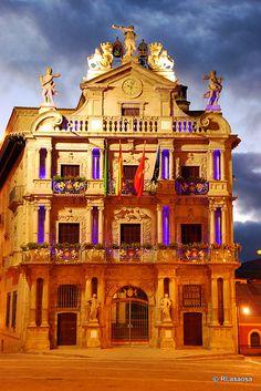 Espectacular iluminación del Ayuntamiento de Pamplona, situado en la Plaza Consistorial #Pamplona #Navarra #Spain