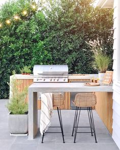 Excellent Private City Garden Design Ideas With Beach Vibes 37 Outdoor Barbeque Area, Outdoor Bbq Kitchen, Outdoor Kitchen Design, Outdoor Cooking Area, Barbecue Area, Outdoor Kitchens, Outdoor Grill Space, Outdoor Bar And Grill, Outdoor Bar Table